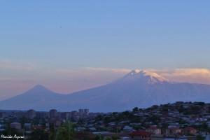 1. Dominantą wkrajobrazie, jak również wkulturze Armenii jest święta góra Ararat. Tragizm sytuacji polega natym, że, choć widać go nawet zcentrum Erywania, Ararat właściwie znajduje się wTurcji.
