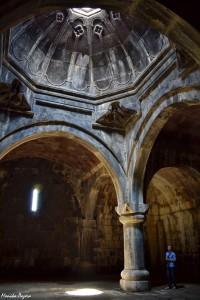 11. Prastare świątynie zbudowane zpotężnych kamienie, onieśmielają dziś surowością murów ibijącym odnich chłodem. WGeghard.