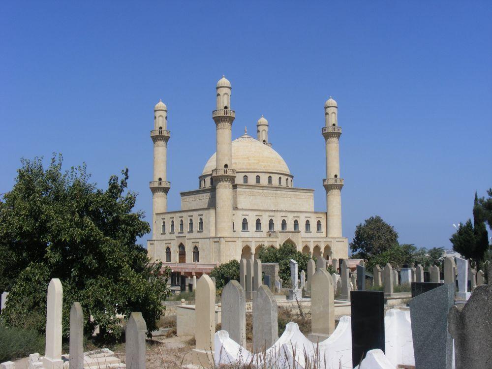 12. Kontrastem dla liberalnego Baku może być miejscowość Nardaran. Mieszkańcy uchodzą zabardzo religijnych, nabramach domostw znajdziemy cytaty zKoranu.