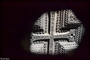 13. Krzyż tokolejny nieodzowny element ormiańskiej sztuki itradycji. Ściany świątyń WGeghard udekorowane są kamiennymi płaskorzeźbami wyobrażającymi setki krzyży.