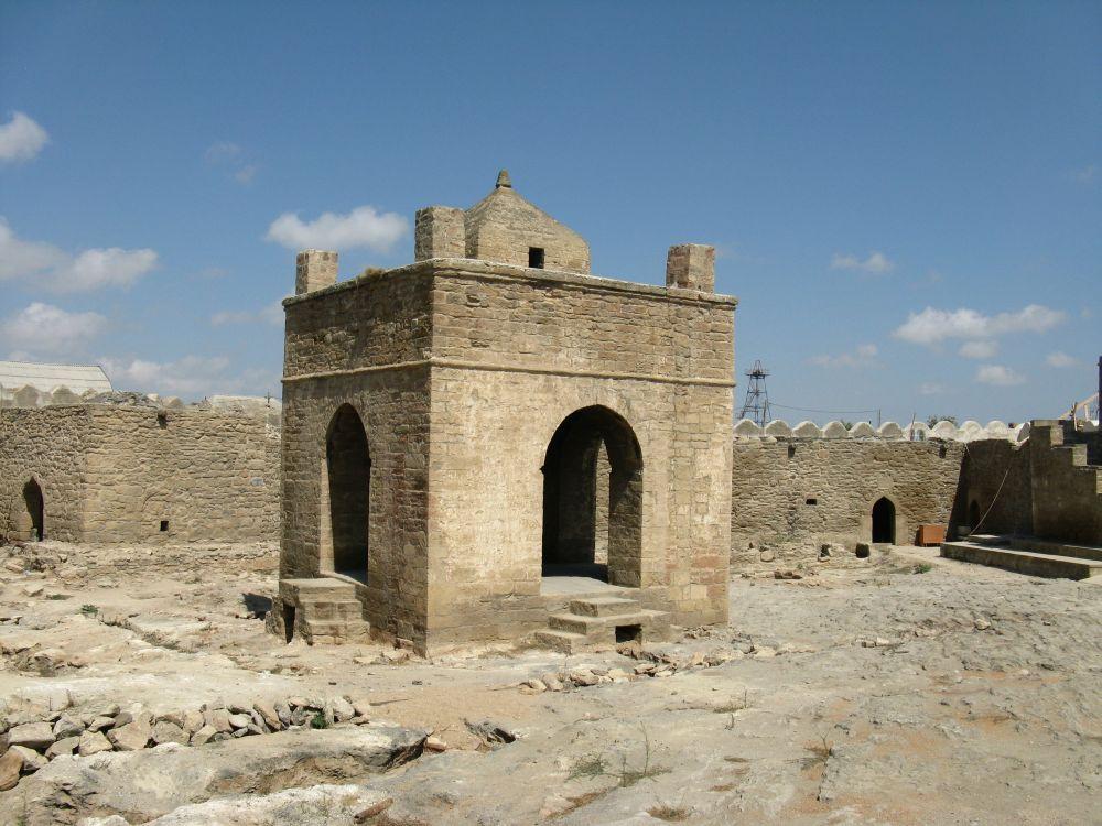 13. WAzerbejdżanie widoczne są wpływy zoroastrian, czyli czcicieli ognia. Ich świątynię można podziwiać wSurachanach.