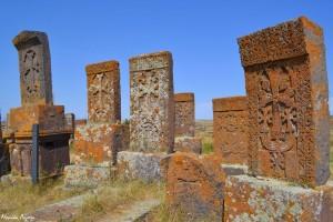 14. Nastarym cmentarzysku wNoratus znajdziemy setki, anawet tysiące chaczkarów, czyli kamiennych krzyży. Niektóre były nagrobkami, inne pomnikami, jeszcze inne miały zapewniać ochronę fundatorom. Wszystkie zaś dzisiaj stanowią świadectwo wspaniałości ormiańskiej sztuki.