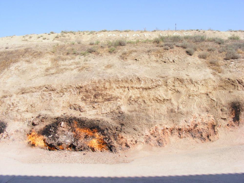 14. Można także zajrzeć doYanar Dag aby zobaczyć wiecznie płonące skały.