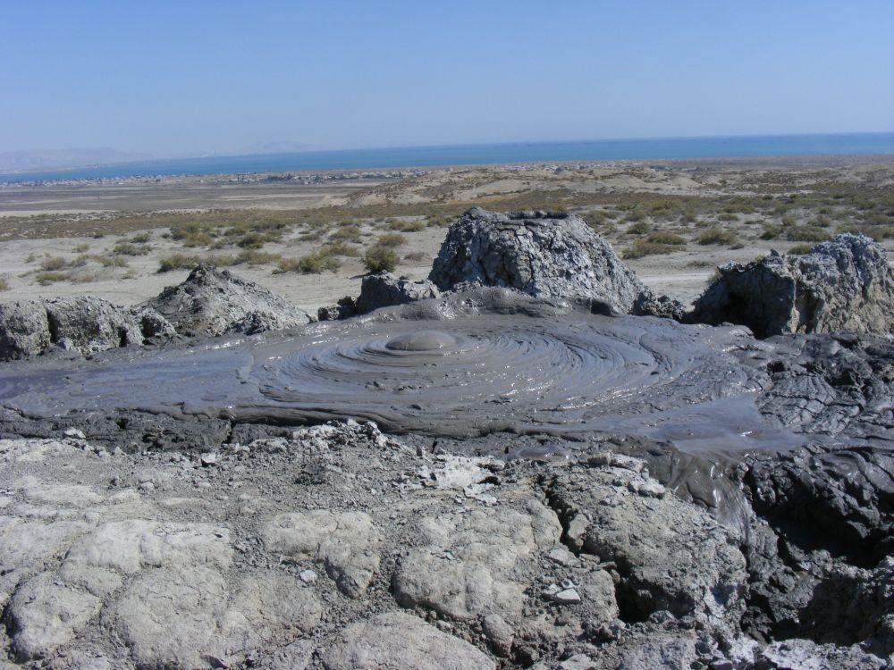 15. Około 60 km odBaku leży pustynia błotna Gobustan. Bezkresny obszar, pełny małych wulkanów błotnych.