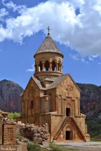 19. Kiedy jednak rozejrzysz się dokładniej, można wypatrzyć takie cuda, jak średniowieczny klasztor Noravank.