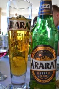 2. WArmenii natomiast można znaleźć liczne substytutu prawdziwego Araratu izamiast się wspinać nawielką górę, można sobie strzelić małe piwko.