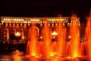 5. Wieczorami robi się tam jednak owiele weselej, gdyprzy dźwiękach muzyki zaczynają tańczyć fontanny.