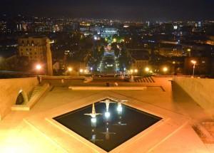 7. Widok zeszczytu kaskady nagłówną oś miasta. Gdyzelży upał słonecznego dnia, miasto ożywa itętni nocnym życiem.