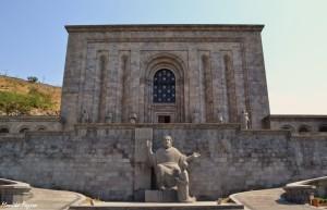8. Jednym znajważniejszych miejsc wErywaniu, amoże iwcałej Armenii, jest Matenadaran – skarbiec książek. Zaprojektowany wręcz, jak bunkier. Wwykutych wskałach salach chronione są najcenniejsze inajstarsze manuskrypty.