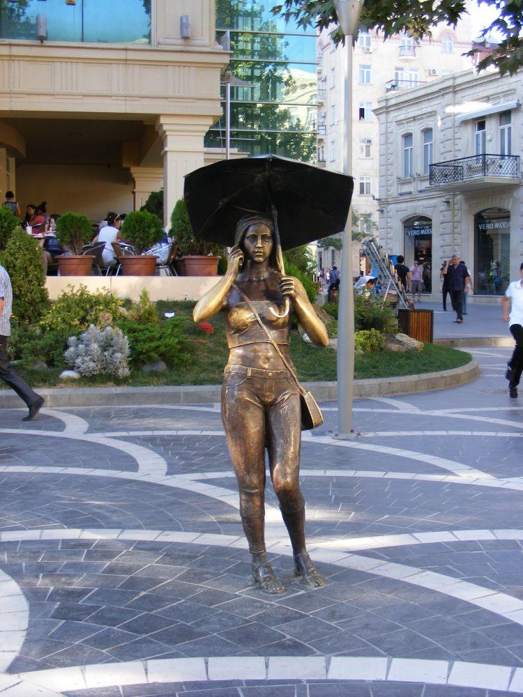 9. Mimo, żeAzerbejdżan dokraj muzułmański, wBaku możemy znaleźć takie, skąpo ubrane rzeźby...