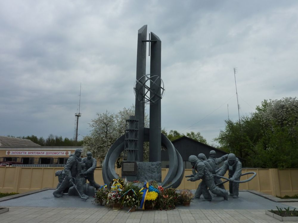 Pomnik nacześć strażaków, którypracowali przy gaszeniu pożaru reaktora