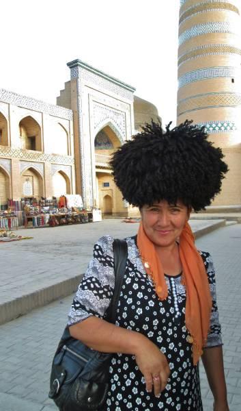 uzbecka turystka pozuje dozdjęcia wChiwie