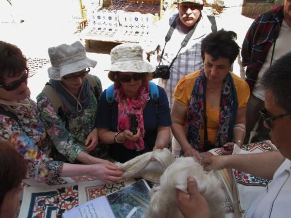 grupa słuchająca wykładu oprocesie powstawania jedwabiu