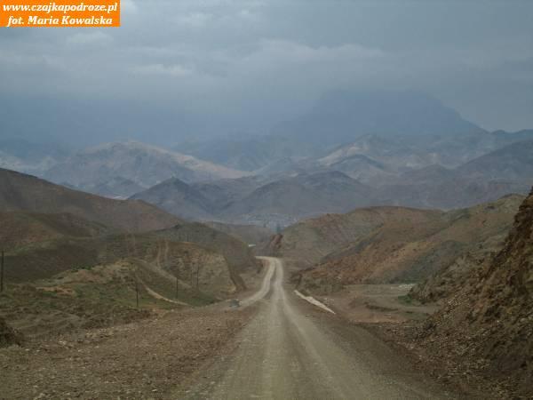 10. Droga wybudowana przy pomocy zachodnich organizacji wiodąca pomiędzy uzbeckimi enklawami doprzejścia granicznego zTadżykistanem. Porozpadzie Związku Radzieckiego najkrótsze inajprostsze drogi stały się nieprzejezdne bo przebiegały przezterytoria nowopowstałych państw. Pojawiły się szlabany iposterunki graniczne. Aby usprawnić poruszanie się powłasnym kraju, musiało powstać wiele kilometrów nowych dróg.