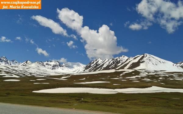 1. Kirgistan jest krajem bardzo górzystym. Ponad połowa kraju leży nawysokości powyżej 2500 m n.p.m. ajedna trzecia totereny wznoszące się nawysokość ponad 3000 m n.p.m. Średnia wysokość kraju wynosi 2750 m n.p.m
