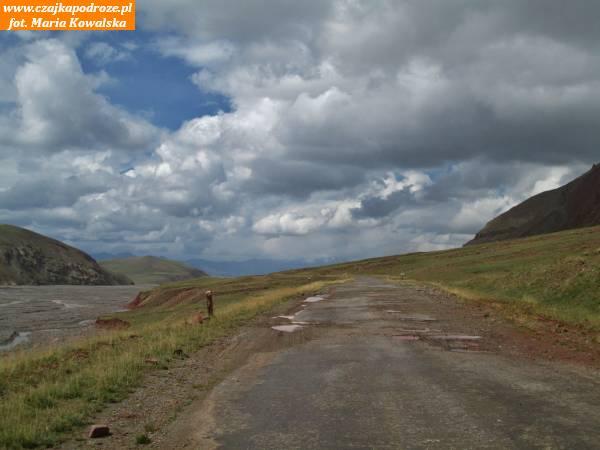 11. Droga wiodąca doprzejścia granicznego zTadżykistanem wgórach Pamir. Posterunki graniczne postronie tadżyckiej leżą naprzełęczy Kyzył Art nawysokości 4282 metrów n.p.m.