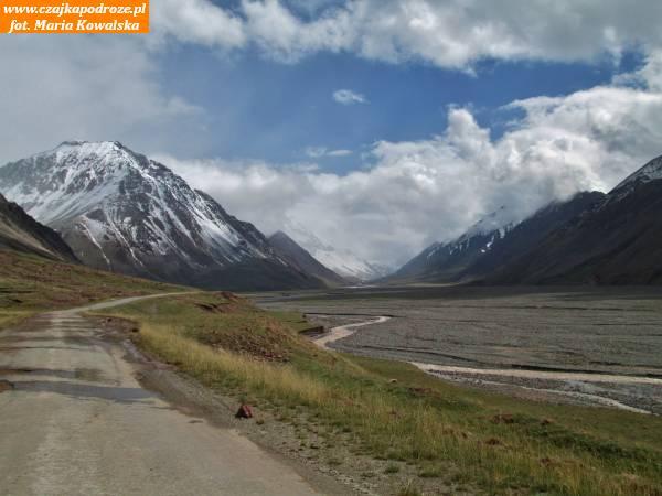 12. Szczyty wzdłuż drogi nagranicę zTadżykistanem. Wtym miejscu Kirgistan graniczy zGórskim Badachszanem - okręgiem autonomicznym wramach Tadżykistanu.
