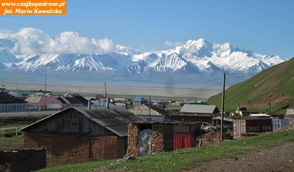 13. Pasmo Gór Zaałajskich wPamirze nagranicy tadżycko-kirgiskiej widziane zmiejscowości Sary Tasz. Wgórach tych znajduje się Szczyt Lenina (7134 m.n.p.m.), któryobecnie nosi również nazwę Szczytu Awicenny.