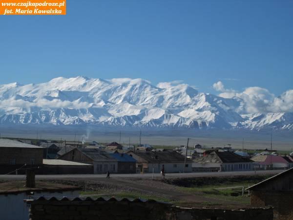 14. Góry Zaałajskie mają długość 250 kilometrów. Charakteryzują się dużą ilością głębokich dolin rzecznych iwystępowaniem wielu lodowców (ponad 500). Miasteczko Sary Tasz jest ważne zewzględów strategicznych - łączą się tu drogi prowadzące nagranice zTadżykistanem iChinami bypotem podążyć wgłąb Doliny Fergańskiej.