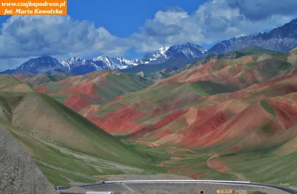 15. Niesamowite kolorowe góry wpaśmie Gór Ałajskich. Są togóry rozciągające się zzachodu nawschód nadługości około 400 kilometrów. Odpółnocy ogranicza je Kotlina Fergańska aodpołudnia Dolina Ałajska. Najwyższy ich szczyt - Tamdykul wznosi się nawysokość 5539 m. n.p.m.