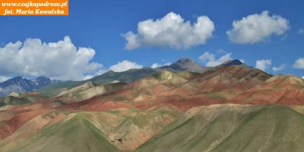 16. PrzezGóry Ałajskie biegnie północna część Traktu Pamirskiego łączącego Chorog zOszem. Aby ją przebyć należy pokonać dwie przełęcze: Taldyk (3615 m.n.pm.) iCzterdziestolecia Kirgizji (3541 m.n.p.m.).