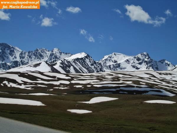 2. Jadąc napołudnie odBiszkeku wstronę Dżalalabadu iOszu należy pokonać przełęcz Töö Ashuu (inna nazwa Tüz) nawysokości 3586 metrów nadpoziomem morza. Przełęcz leży pomiędzy dolinami Czuj, Koczkor, Suusamyr iTalas. Jedzie się potem wśród szczytów Gór Kirgiskich (inna nazwa Ałatau Kirgiski).