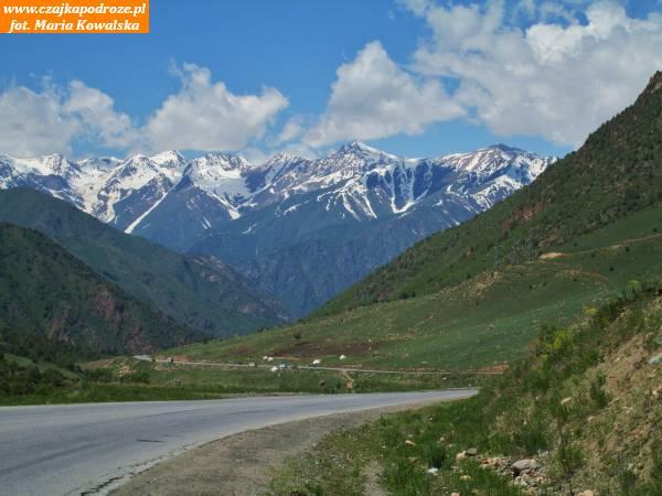 """4. Popokonaniu przełęczy Töö Ashuu droga prowadzi doDoliny Suusamyrskiej. Kapuściński w""""Kirgiz schodzi zkonia"""": """"Długi czas samochód jedzie przezSuusamyr. Niema słów, którymi można byopisać piękno tejkrainy, jednej znajcudowniejszych naświecie. Naokoło ośnieżone góry, atu wdole niekończące się łąki, słońce, wspaniałe powietrze""""."""