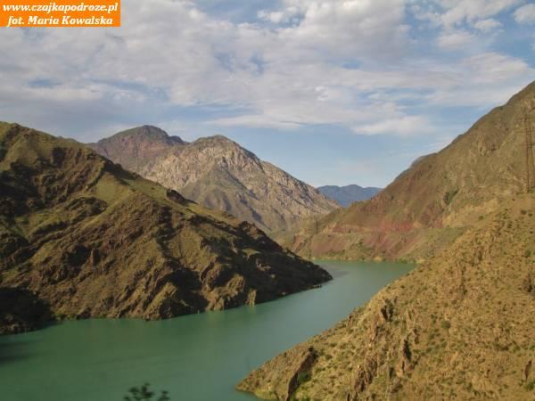 9. Kolorowe góry nadzbiornikiem nanajdłuższej kirgiskiej rzece Naryn - tworzą go dwie tamy Tashkömürska iShamaldysayska. Góry są bogate wminerały orazwwęgiel kamienny, dzięki któremupowstało miasto. Wokolicy znaleziono ślady dinozaurów iich jaja.