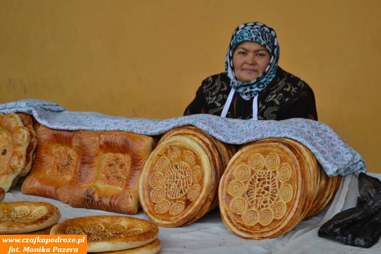 Lepioszki, czyli najpopularniejszy rodzaj chleba wUzbekistanie. Nawet chleb jest ozdobiony misternymi wzorkami.