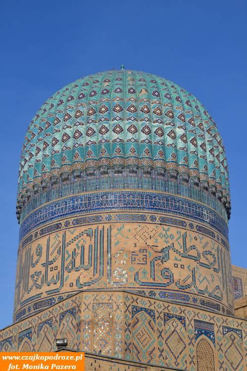 Jedna zdziesiątek błękitnych kopuł, które wUzbekistanie można podziwiać wróżnych kształtach izprzepięknymi zdobieniami