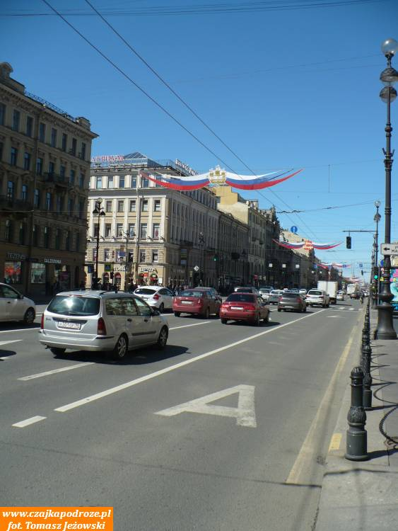 Sankt Petersburg ijego najsłynniejsza ulica - Newski Prospekt. Wbrew wyobrażeniom niejest todeptak spacerowy, aruchliwa arteria. Nieprzeszkadza tojednak wczerpaniu przyjemności zespaceru.