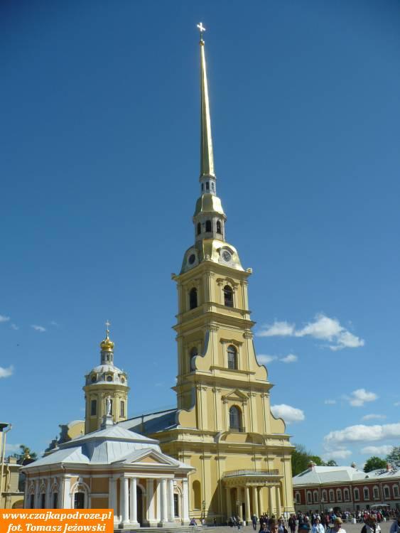 Sobór śś. Piotra iPawła. Ma 122 metry wysokości ipochowani są wnim prawie wszyscy carowie odczasów Piotra Iłącznie zniedawno kanonizowaną rodziną ostatniego cara Mikołaja II.
