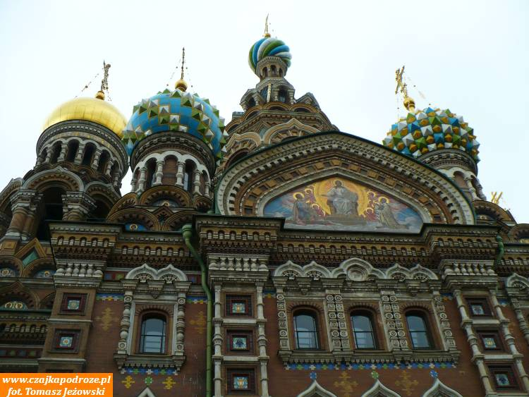 """Przy Kanale Gribojedowa znajduje się Cerkiew """"Spas naKrowi - Zbawiciela naKrwi"""" wybudowana tu wmiejscu męczeńskiej śmierci cara Aleksandra II."""