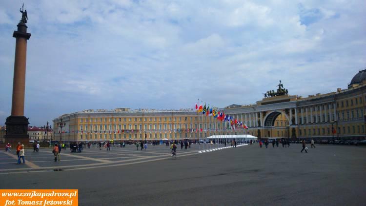 Aż wkońcu trafiamy naPlac Pałacowy zbudynkiem Sztabu Generalnego ikolumną Aleksandrowską. Natym placu miały miejsce wydarzenia związane ztzw. Krwawą Niedzielą 1905 roku, aprzede wszystkim Rewolucją Październikową 1917 roku.
