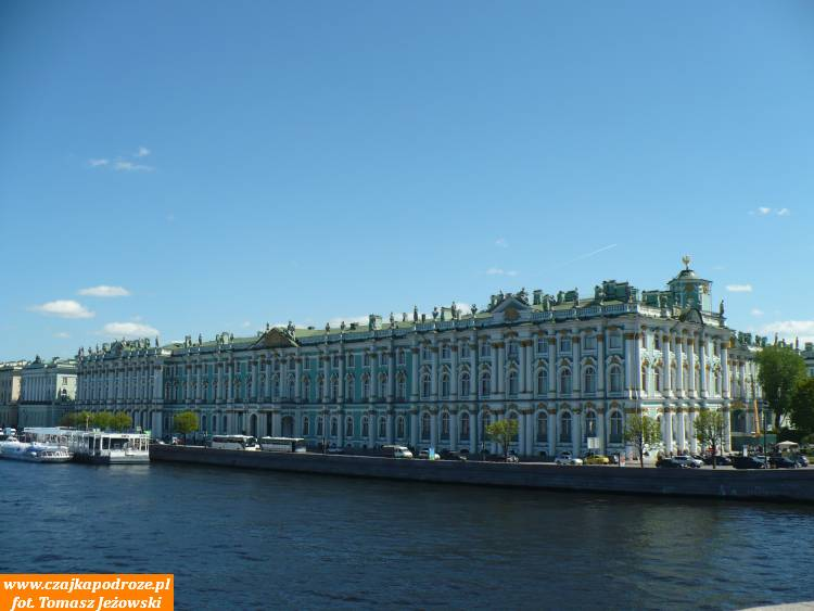 """Na placu pałacowym podziwiać możemy także budynek Pałacu Zimowego, wktórym znajduje się siedziba Muzeum Państwowego """"Ermitaż"""""""