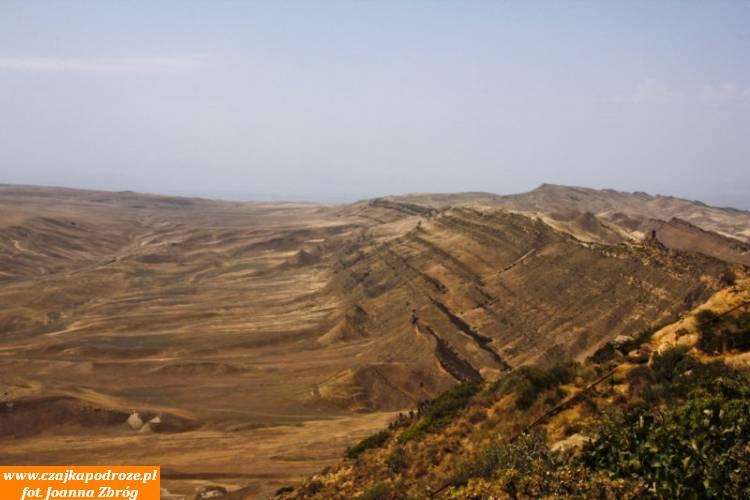 Granica między Gruzją aAzerbejdżanem biegnie szczytem tych gór.