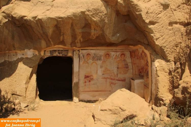 W zboczu góry kolejne, wykute wskałach, pozostałości kompleksu monasterów Dawid Garedża. Te, znajdują się poazerskiej stronie góry.