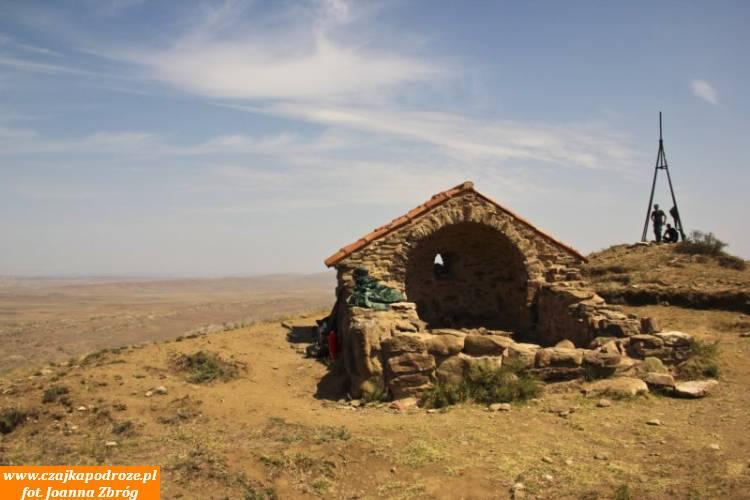 A tu, nasąsiednim kamieniu azerscy pogranicznicy strzegą swojego kraju.