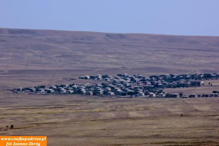 I nagle, pośrodku tejsuchej, nieprzyjaznej człowiekowi okolicy wyrasta miasteczko Udabno. Trudno wto uwierzyć alejego mieszkańcami są rodowici górale zeSwanetii - jednego zwysokogórskich rejonów Kaukazu. Ludzie ci zostali tu siłą przesiedleni wczasach gdyGruzja była republiką ZSRR. Niemogę sobie wyobrazić wjaki sposób ludzie gór dostosowali się dożycia natym pustkowiu...