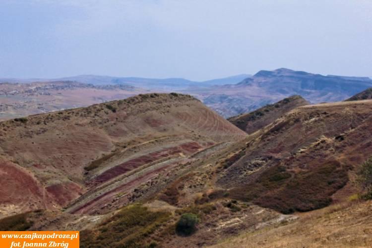 Od 1991 roku rejon ten stał się miejscem granicznego sporu między Gruzją isąsiadującym znią Azerbejdżanem. Tematem sporu jest góra Garedża, naktórejznajduje się kompleks monasterów Dawid Garedża. Część znich leży postronie gruzińskiej, część poazerskiej. Dla mnie ten widok jest naprawdę niezwykły.