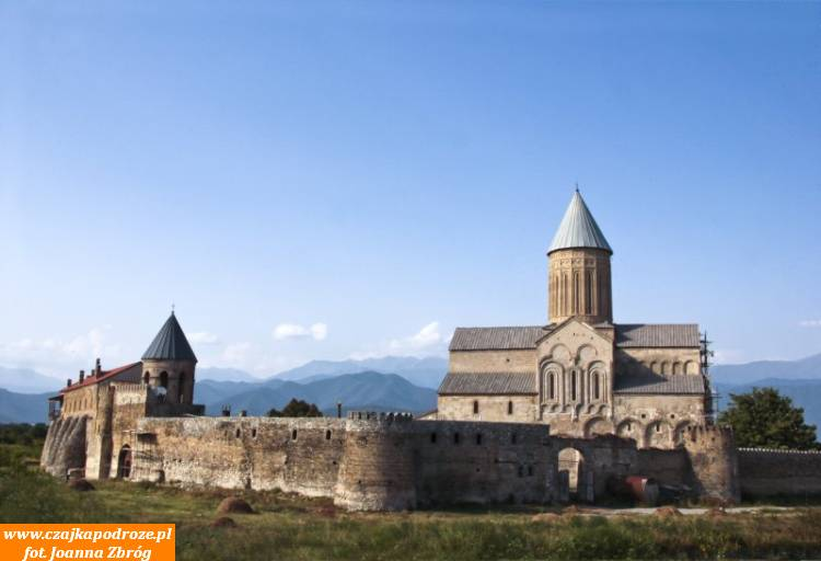 Katedra Alwaredi. Wyrasta wprost zszerokiej, zielonej Doliny Alazani inatle ośnieżonych szczytów Kaukazu prezentuje się naprawdę okazale. Stanowi centrum religijne Kachetii już odVI wieku.