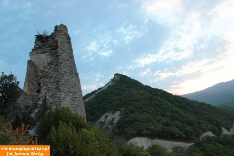 Twierdza Udżarma, leżąca zaPrzełęczą Gomborską nawysokości 1839m n.p.m. jest najstarszą wKachetii twierdzą iliczy sobie 1500 lat. Dopóźnego średniowiecza była rezydencją rodziny królewskiej. Dodziś zachowały się jedynie fragmenty dawnej wspaniałej fortecy. Zwiedzałam ją wpromieniach zachodzącego słońca co dodało jej szczególnego uroku itajemniczości.
