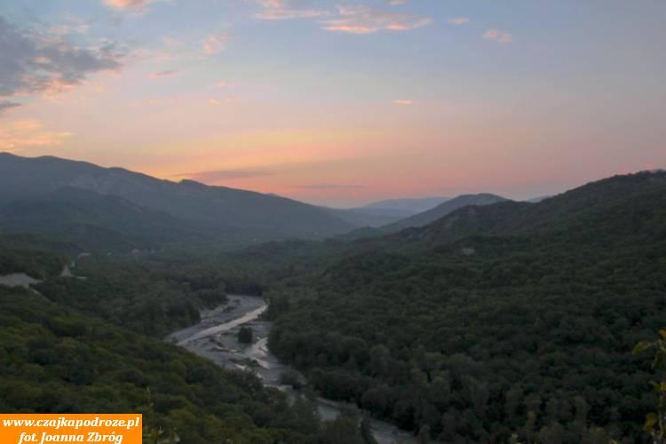 Widok ztwierdzy Udżarma naotaczające ją góry.