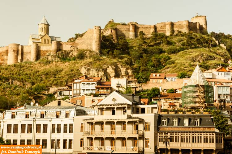 Typowy widok starego Tbilisi. Górująca nadmiastem twierdza Narikała aujej podstawy stare zabudowy. Ich styl zachwyca swoja prostotą aleipięknem.