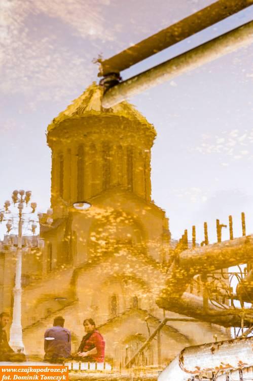 Na mojenieszczęście, fontanna była wremoncie. Jednak mimo wszystko spróbowałem zrobić odbicie katedry Soboru Świętej Trójcy wpozostałościach wody jaka była dodyspozycji.
