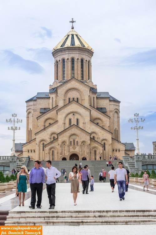 Katedra Soboru Świętej Trójcy jest największą budowlą prawosławną wTbilisi orazjedną znajwiększych tego typu budowli naświecie. Jest ogromna!