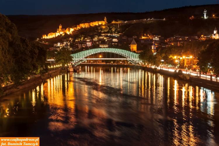 Stojąc naMoście Barataszwili, inaczej zwanym Mostem Miłości, widok jaki miałem przedsobą zachwycał swoim urokiem nietylko fotografów, alekażdego turystę. Most Pokoju itwierdza Narikała łączą wsobie elementy nowoczesności zestarożytnością.