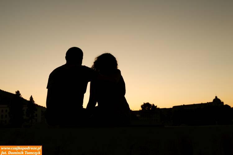 Zachód słońca wokolicach Mostu Pokoju przyciąga wiele zakochanych osób. Zjednej strony słońce azdrugiej poprostu bycie razem iradowanie się nadchodzącą chwilą.