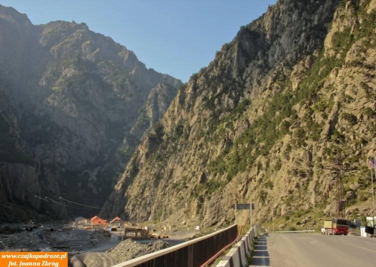 """Między miasteczkiem Kazbegi aprzejściem granicznym """"Górny Lars"""" Droga Wojenna schodzi doWąwozu Darialskiego, któryrzeka Terek wyżłobiła wtwardym granicie. Długi na8 km, miejscami zwęża się do100 metrów ajego ściany osiągają nawet 1800 metrów wysokości."""