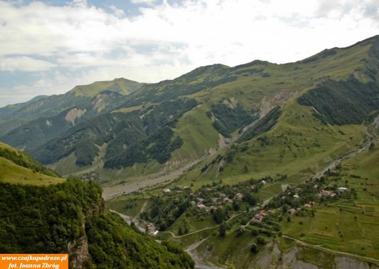 Pod złowrogim określeniem kryje się malownicza trasa biegnąca wpoprzek Wielkiego Kaukazu. Obfituje ona wewspaniałe widoki, jak izabytki gruzińskiej cywilizacji. Gruzińska Droga Wojenna toprzede wszystkim spora atrakcja dla miłośników gór.